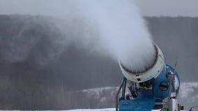 Cañón de la nieve que hace nieve en la estación de esquí en la cámara lenta almacen de metraje de vídeo