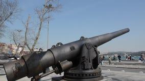 Cañón del hierro en Estambul en la playa de Bosphorus almacen de video
