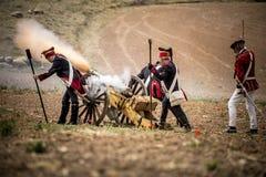 Cañón del lanzamiento de los soldados en el campo de batalla Fotos de archivo