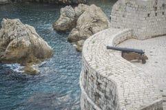 Cañón en las paredes de la fortaleza en Dubrovnik Foto de archivo libre de regalías