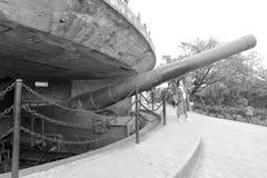 Cañón enorme de Krupp en el fuerte antiguo, imagen blanco y negro foto de archivo