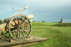 Cañón medieval de la artillería en campo Imagen de archivo libre de regalías