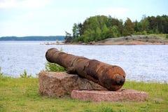 Cañón oxidado muy viejo en la bahía foto de archivo
