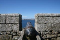 Cañón que mira hacia fuera al mar del castillo Fotografía de archivo libre de regalías