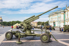 Cañón soviético original de la defensa aérea en la acción militar-patriótica en cuadrado del palacio St Petersburg Fotos de archivo libres de regalías