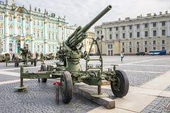Cañón soviético original en la acción militar-patriótica, St Petersburg de la defensa aérea Foto de archivo libre de regalías