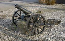 Cañón viejo en las ruedas Foto de archivo libre de regalías