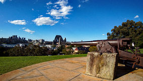 Cañón viejo que pasa por alto a Sydney Harbour Bridge foto de archivo