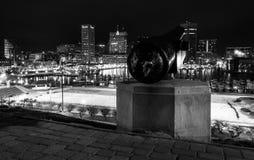Cañón y vista del horizonte de Baltimore en la noche de H federal Imagenes de archivo