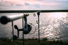 Caña de pescar con el foco en el alambre Fotos de archivo