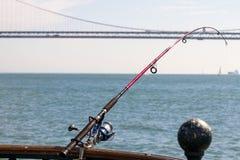Caña de pescar en el embarcadero en San Francisco Bay imagen de archivo libre de regalías