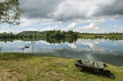 Caña de pescar en el lago de la carpa Foto de archivo