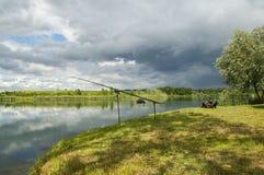 Caña de pescar en el lago de la carpa Imágenes de archivo libres de regalías