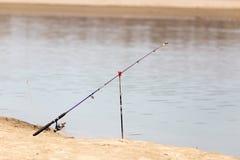 Caña de pescar en la orilla del río Fotografía de archivo