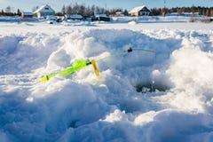 Caña de pescar para la pesca del invierno en la nieve Foto de archivo libre de regalías