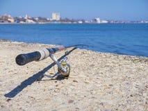 Caña de pescar vieja en la playa Fotos de archivo