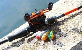 Caña de pescar y carrete con señuelos foto de archivo libre de regalías