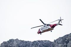 Cañada de Ogwen, País de Gales - 29 de abril de 2018: El helicóptero británico Sikorsky S-92 de HM Coastguard actuó en helicópter foto de archivo