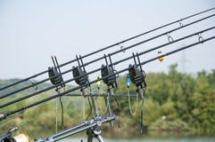Cañas de pescar con la alarma del cebo Imagenes de archivo