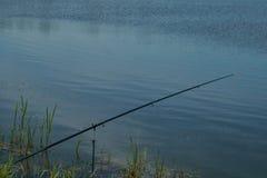 Cañas de pescar con los carretes en el banco Fotografía de archivo