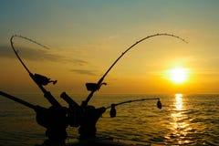 Cañas de pescar de Downrigger para los salmones en la salida del sol Foto de archivo libre de regalías