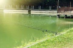 Cañas de pescar en el lago Fotografía de archivo