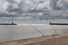Cañas de pescar en el terraplén en Oporto, Portugal Imagen de archivo libre de regalías