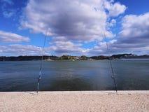 Cañas de pescar en la orilla Fotos de archivo libres de regalías