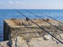 Cañas de pescar en la playa por la mañana Fotos de archivo libres de regalías