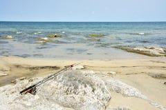 Cañas de pescar en las rocas Imagen de archivo