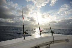 Cañas de pescar y carretes en la parte de atrás del barco Fotos de archivo libres de regalías