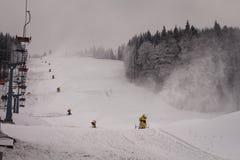 Cañones de la nieve en la cuesta Foto de archivo libre de regalías