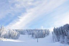 Cañones de la nieve que hacen nieve artificial en una cuesta del esquí en Poiana Brasov Fotografía de archivo