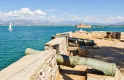 Cañones de Nafplio y castillo del agua de Bourtzi Fotos de archivo libres de regalías