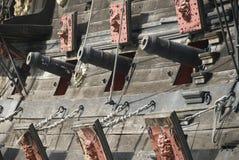 Cañones de una nave de pirata Fotos de archivo libres de regalías