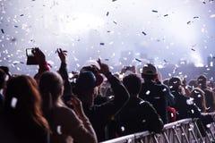 Cañones del confeti que lanzan confeti sobre la muchedumbre que va de fiesta Fotografía de archivo libre de regalías