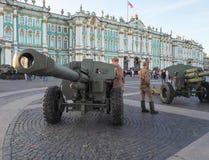 Cañones en el cuadrado La exposición de armas ligeras en el cuadrado del palacio en St Petersburg El verano de 2017 Imagenes de archivo