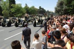 Cañones en el desfile militar imagenes de archivo