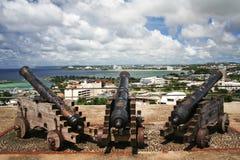 Cañones en la bahía Guam de Hagatna Imagenes de archivo