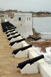 Cañones a lo largo de la pared en el castillo de la costa del cabo Foto de archivo libre de regalías