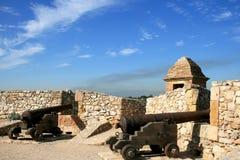 Cañones a lo largo de las paredes de Tarragona española Fotos de archivo