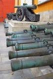 Cañones viejos de diversos tamaños en Moscú el Kremlin Imagen de archivo libre de regalías