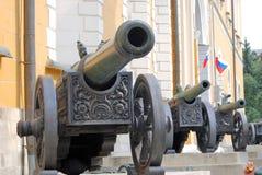 Cañones viejos mostrados en Moscú el Kremlin Imagenes de archivo