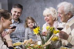 Cała rodzina świętuje posiłek Obraz Stock