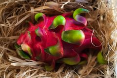Cała smok owoc na słomie zdjęcie stock