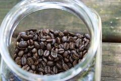 Całe Kawowe fasole w słoju Obraz Stock