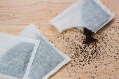 Całe & poszarpane herbaciane torby na drewnie ukazują się Obrazy Stock