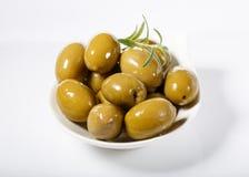Całe zielone oliwki w białym pucharze obraz stock