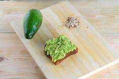 Całego chleba avocado grzanka obrazy stock
