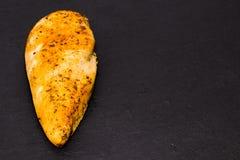 Całego kurczaka pierś z pikantność na dryluje deskowego, odgórnego widoku kopię, fotografia stock